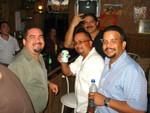 ¡Pasándola bien! Frankie, Robert, Luis De Jesús (al fondo) y Paquito