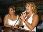Sonia fue la otra valiente al karaoke interpretando una canción de Olga Tañón. A su lado Wandy.