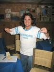 Peter Zambrana con la camisa original de la clase.