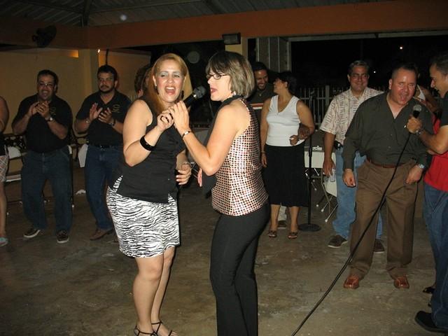 Angie (esposa de Peter) y Marisel Vázquez.
