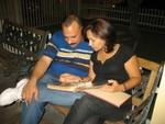 Radamés y su esposa viendo fotos.